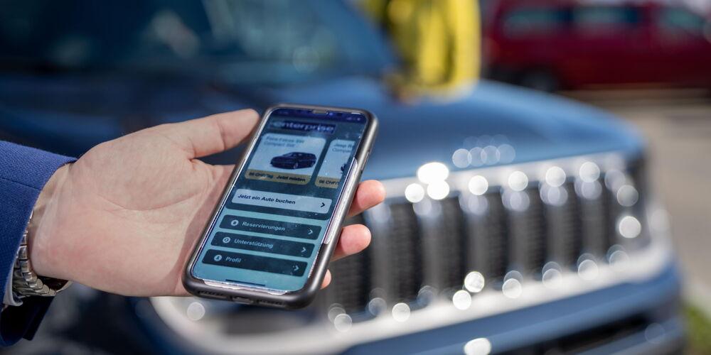 BIld 1_Mit dem Smartphone kann das Mietfahrzeug von Enterprise Schweiz geöffnet werden.jpg