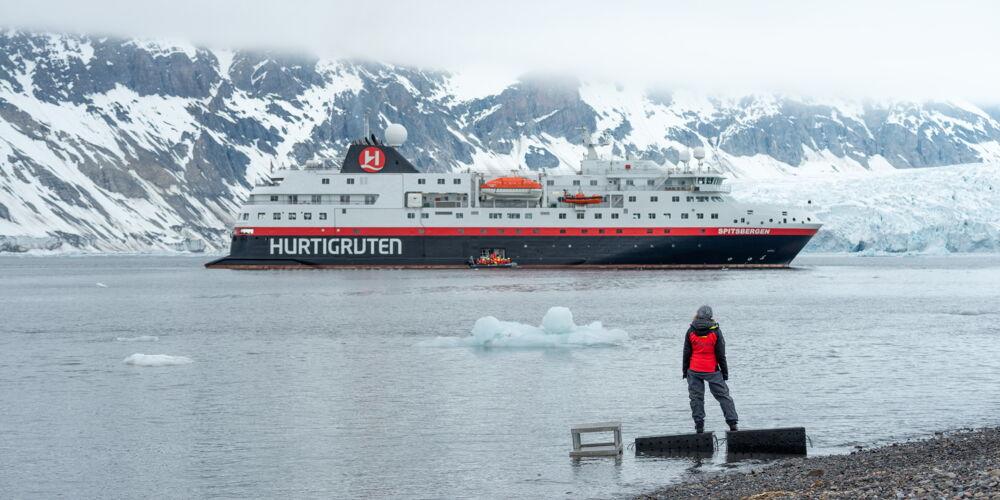 MS-Spitsbergen-i-Burgerbukta-Svalbard-Stefan_Dall_Hurtigruten.jpg