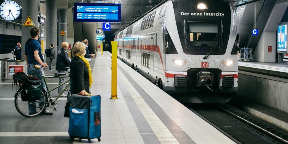 Deutsche_Bahn_Bahnhof_Berlin.jpg