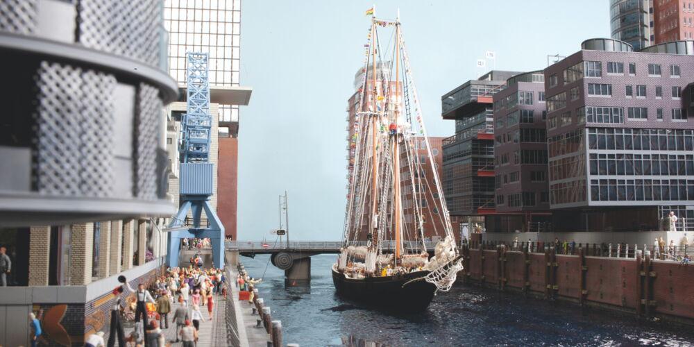 Hamburg_Miniatur_Wunderland,_HafenCity,_Klappbr├╝cke_mit_historischem_Schiff.jpg